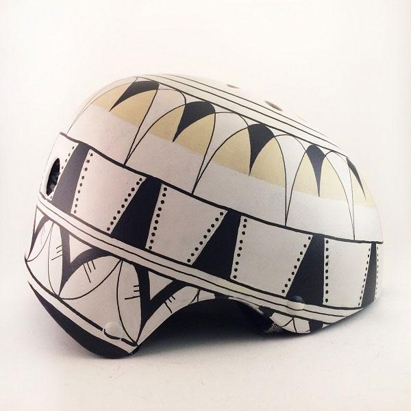 capacete personalizado branco com padrões em preto e amarelo