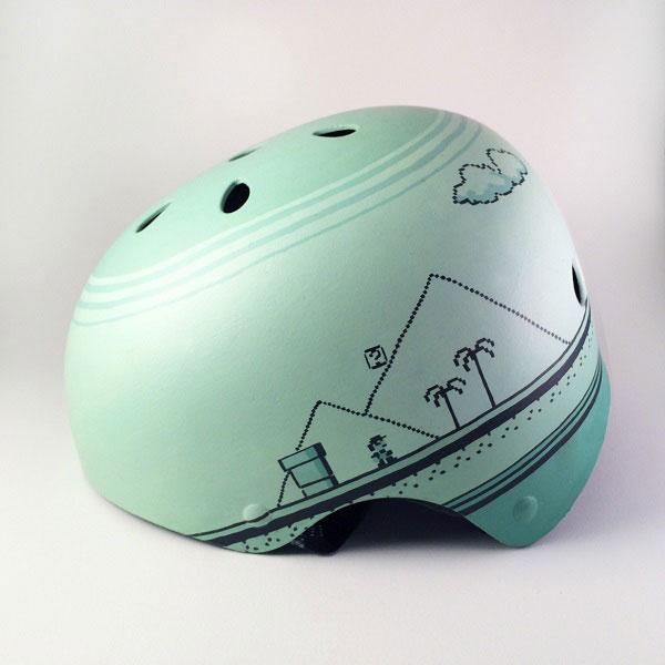 capacete personalizado verde com desenho de paisagem do jogo Mario Bros