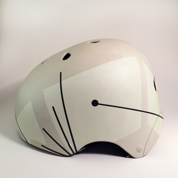 capacete personalizado perolado com desenhos abstratos