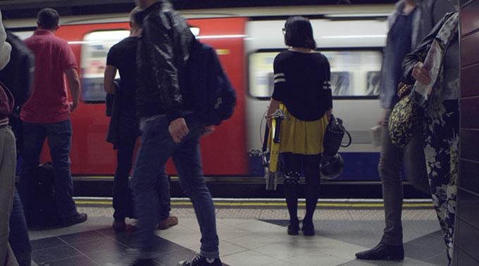 garota levando bicicleta dobrável no metrô