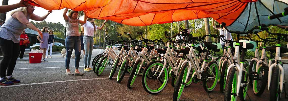 """Com ajuda de """"vaquinha"""", professora compra bicicletas para todos seus alunos"""