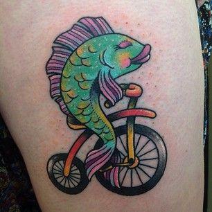 foto de uma tatuagem com um peixe pedalando