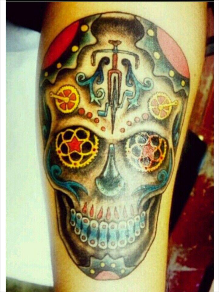 foto de tatuagem de caveira mexicana ornamentada com partes de bicicletas
