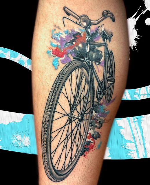 foto de tatuagem de bicicleta na perna
