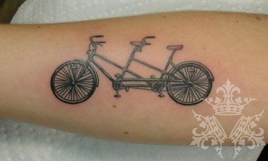 foto de tatuagem de uma bicicleta tandem de dois lugares