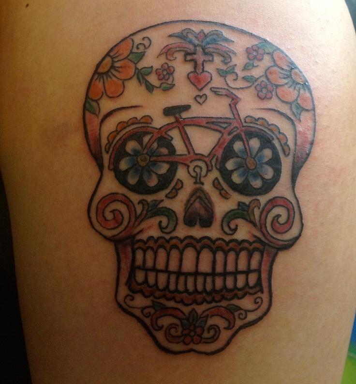 foto de tatuagem de caveira mexicana com bicicleta dos olhos