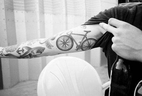 foto de tatuagem de bicicleta na parte de dentro do braço