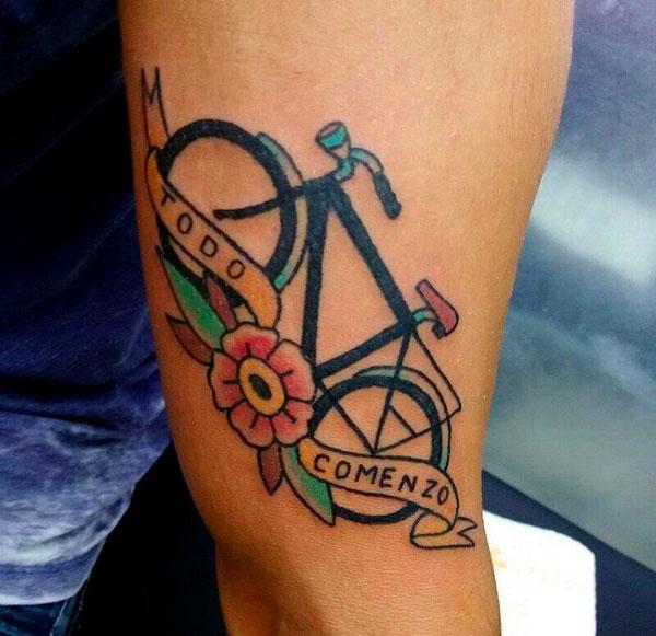 foto de tatuagem old school de bicicleta