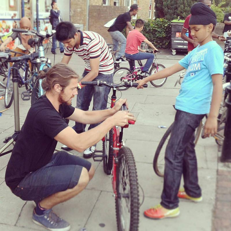 Bicicletas para refugiados Garoto acompanha ajustes