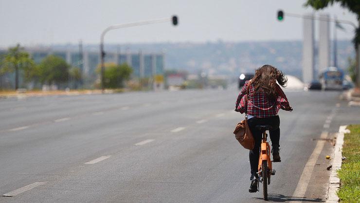 Ciclista passa pela Esplanada dos Ministérios