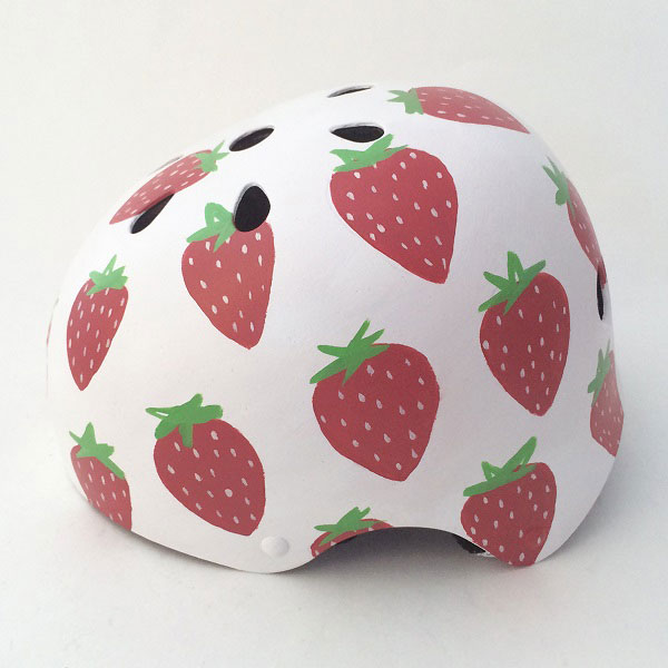 capacete personalizado branco com morangos