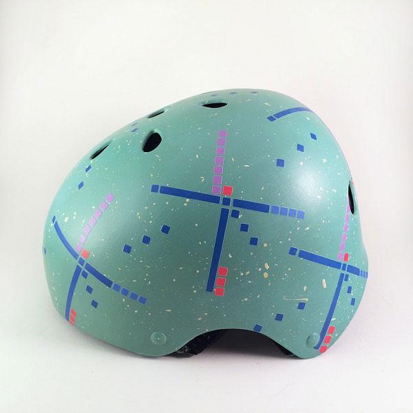 capacete personalizado azul com desenhos abstratos