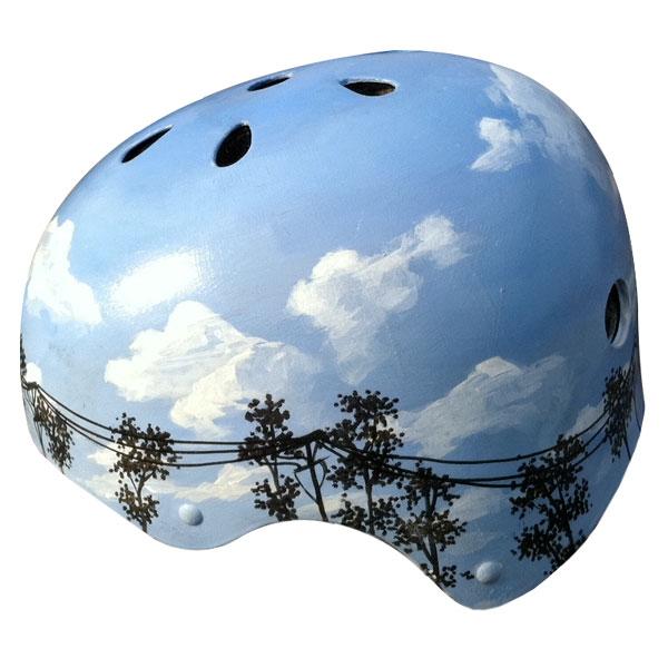 capacete personalizado azul com paisagem de coqueiros, árvores e postes de eletricidade