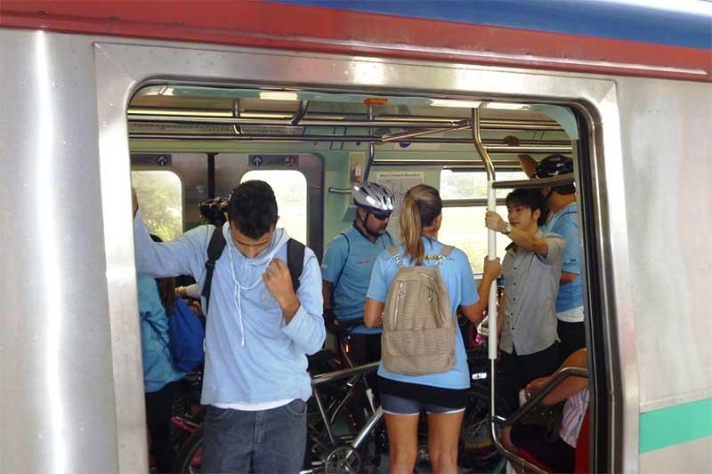 Usuários com bicicletas em trem sa CPTM