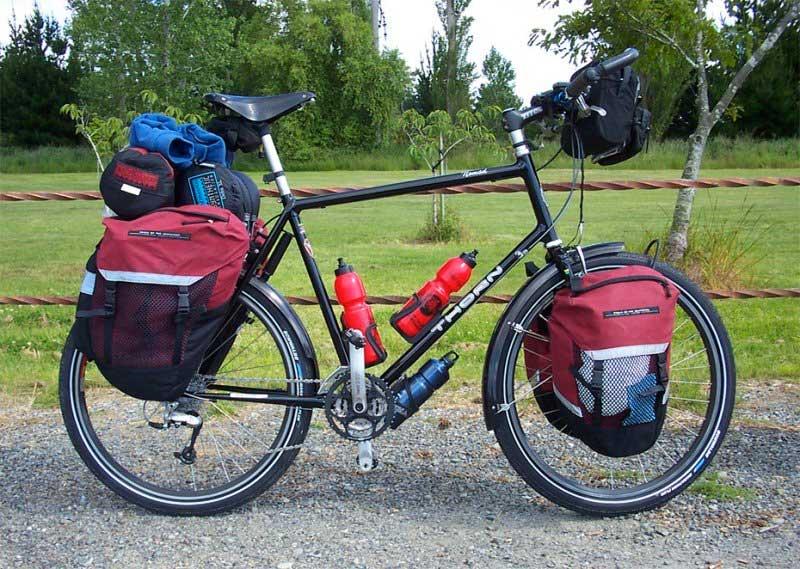 Bicicleta de turismo carregada de bagagens