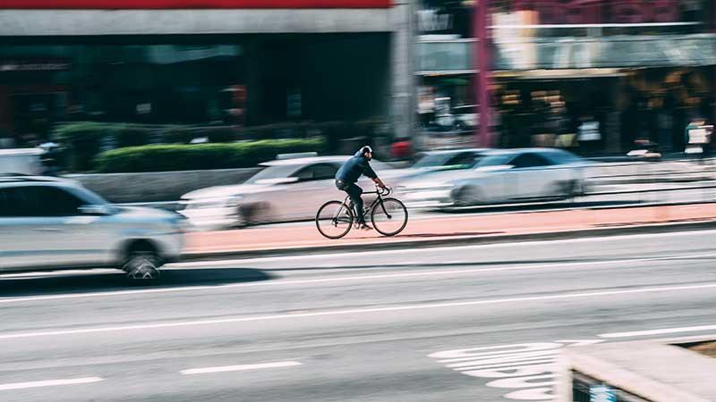 Você sabe quando pode pedalar em estradas e rodovias?