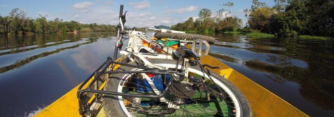 De bicicleta, casal leva alegria para crianças na Amazônia