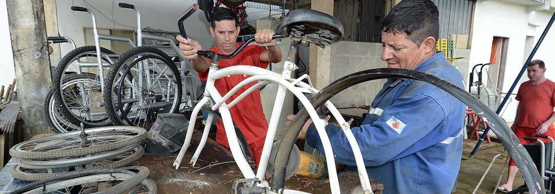 Bicicletas viram cadeiras de rodas em presídio mineiro