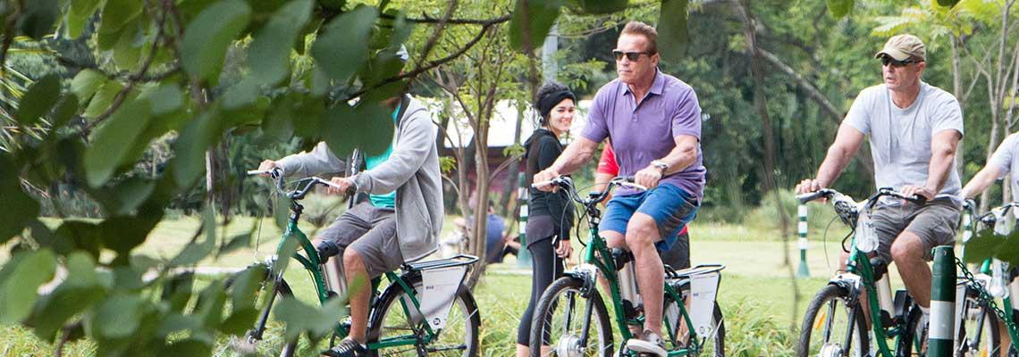 Schwarzenegger visita São Paulo e pedala por ciclovias na zona sul
