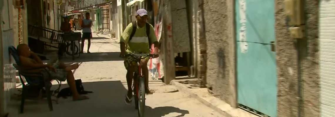Entre becos e vielas, bicicletas facilitam a vida de comunidade do Recife